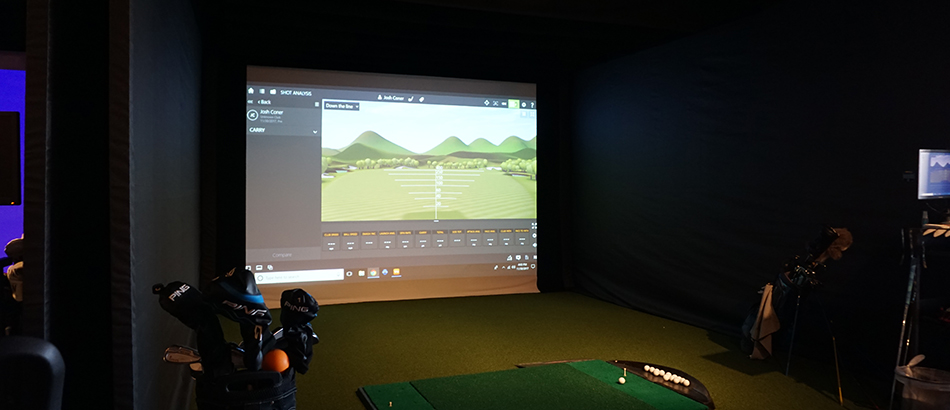 Indoor golf simulator photo